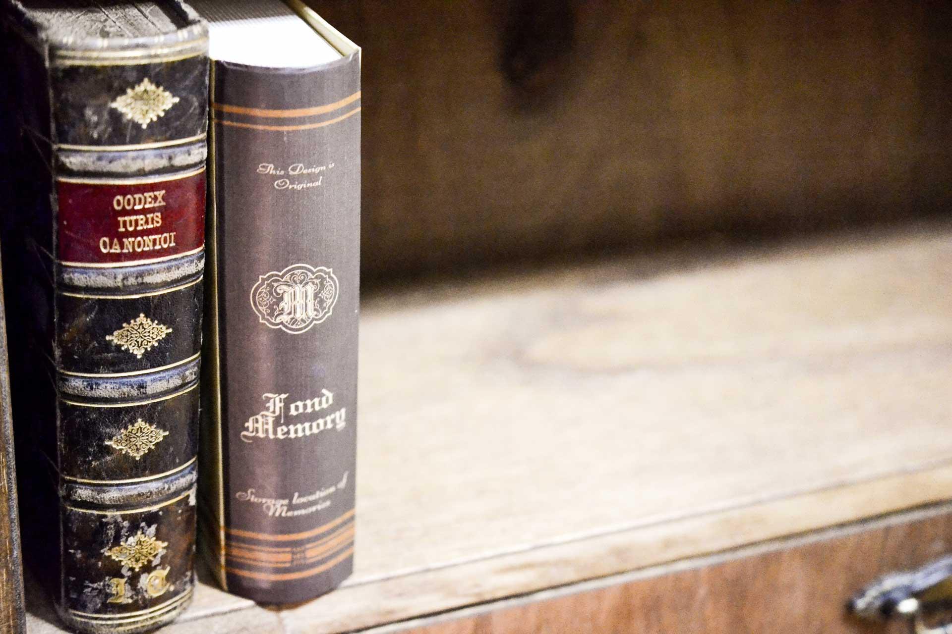 本型小物入れとアンティーク洋書の背表紙を比較