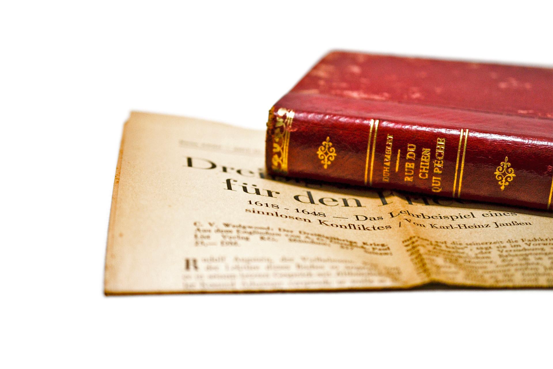 古い英字新聞とスタイリングしたアンティーク本