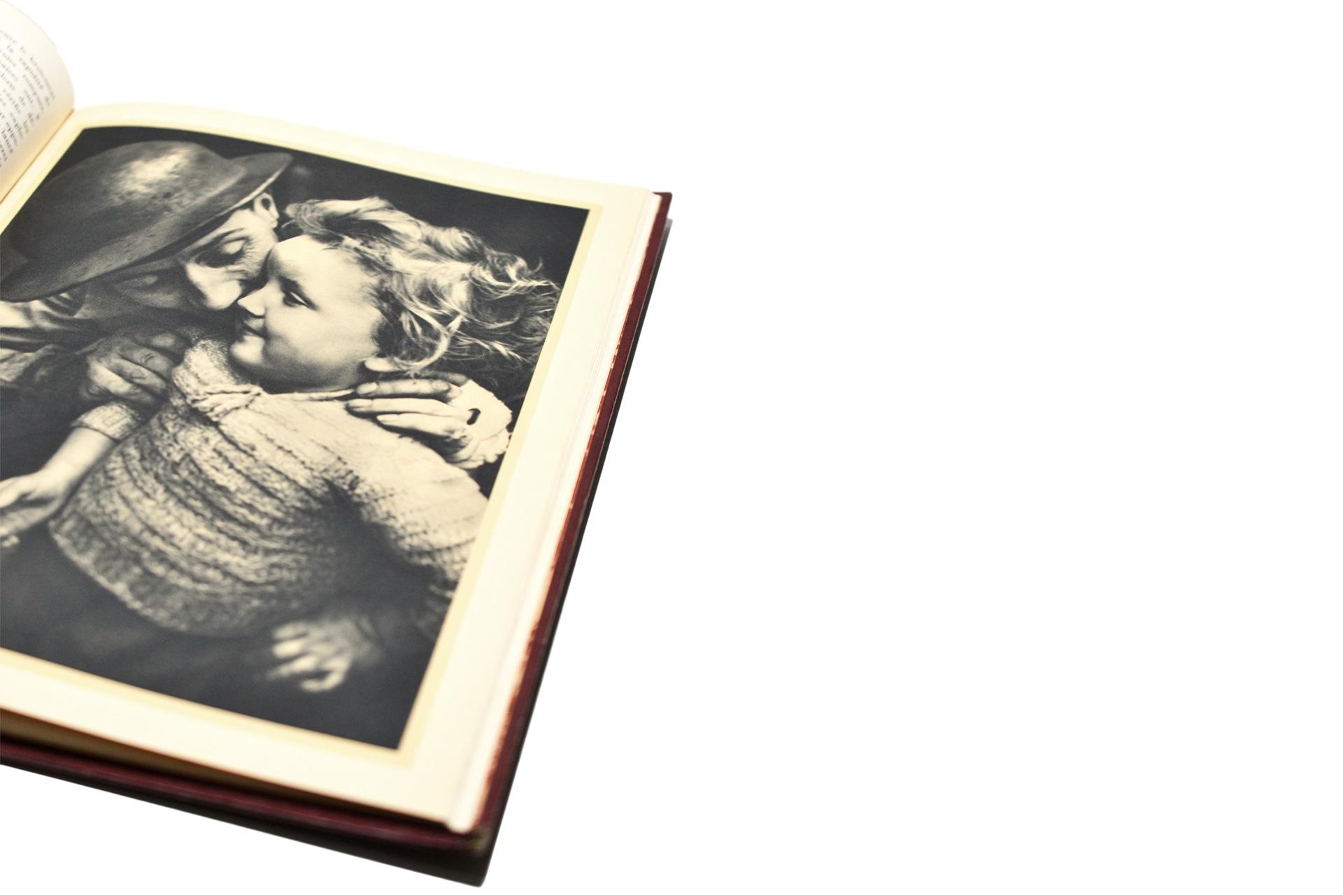 古い写真が多いレトロな雰囲気のコーヒーテーブルブック