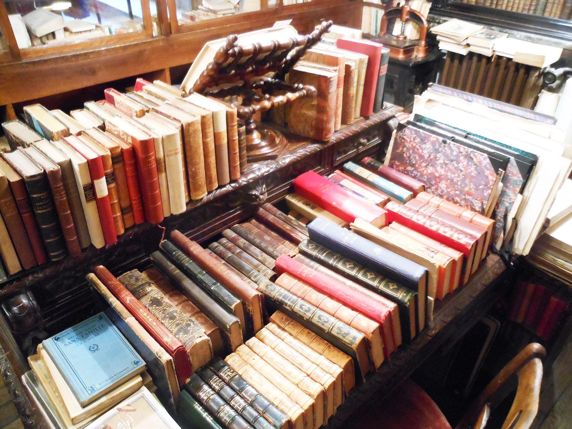 書棚やテーブルの上に希少なアンティーク洋書が沢山所蔵されたパリの古書店