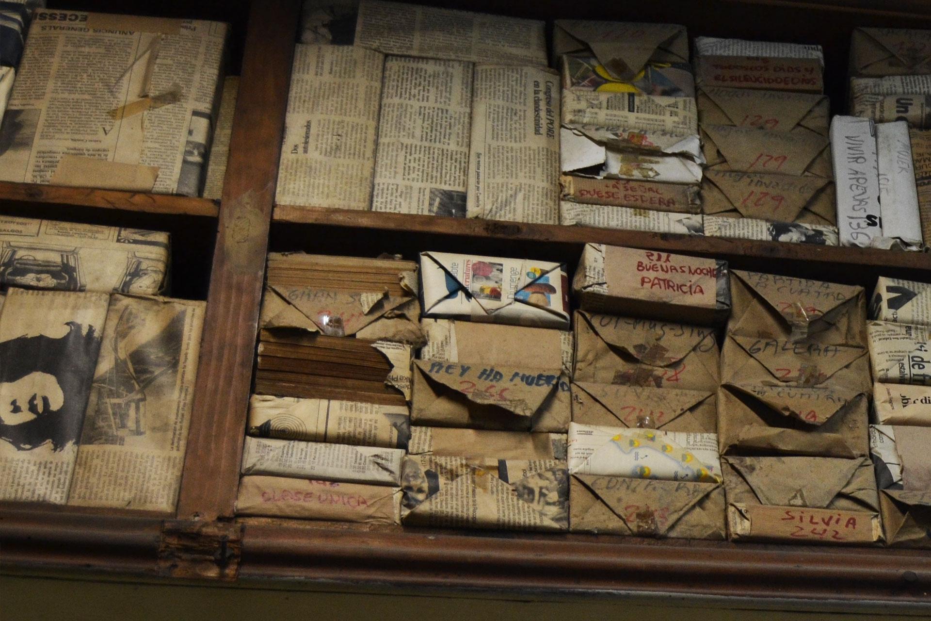 ヨーロッパの古書店の書棚にストックされていた古新聞