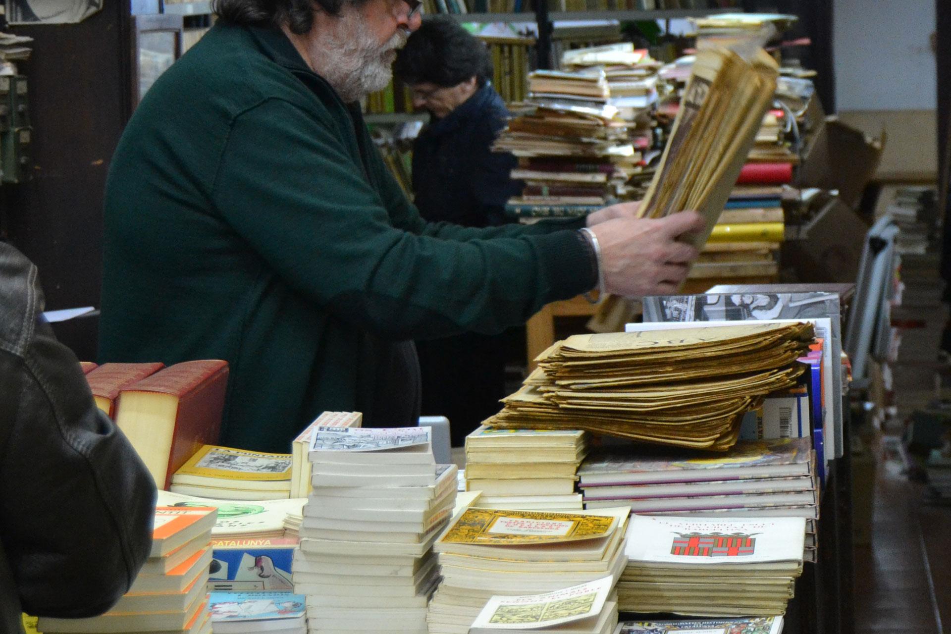 アンティーク洋書や古新聞を見繕ってくれる古書店の店主
