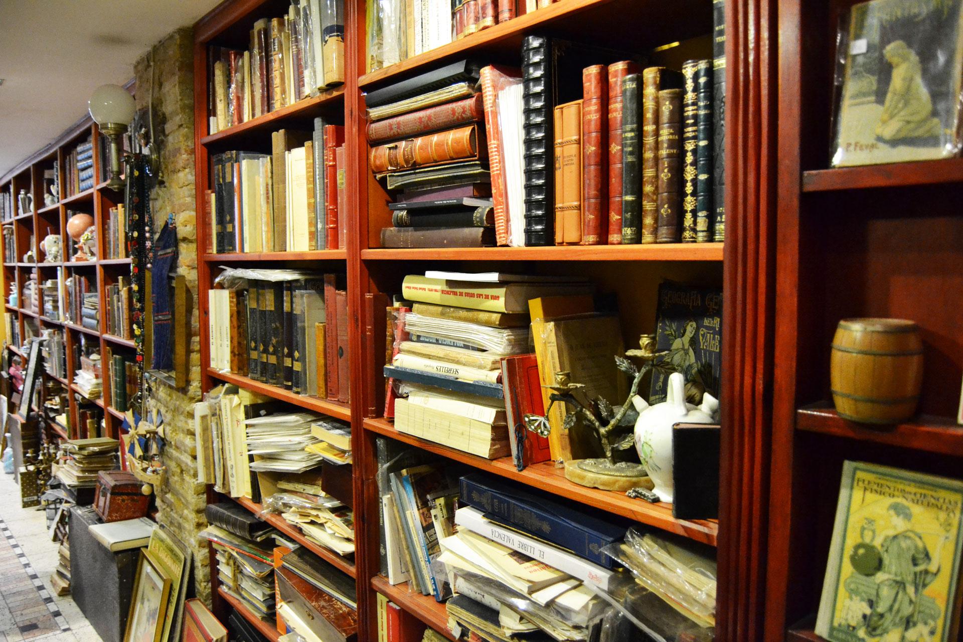 欧州の希少なアンティーク本が収められた古書店の本棚