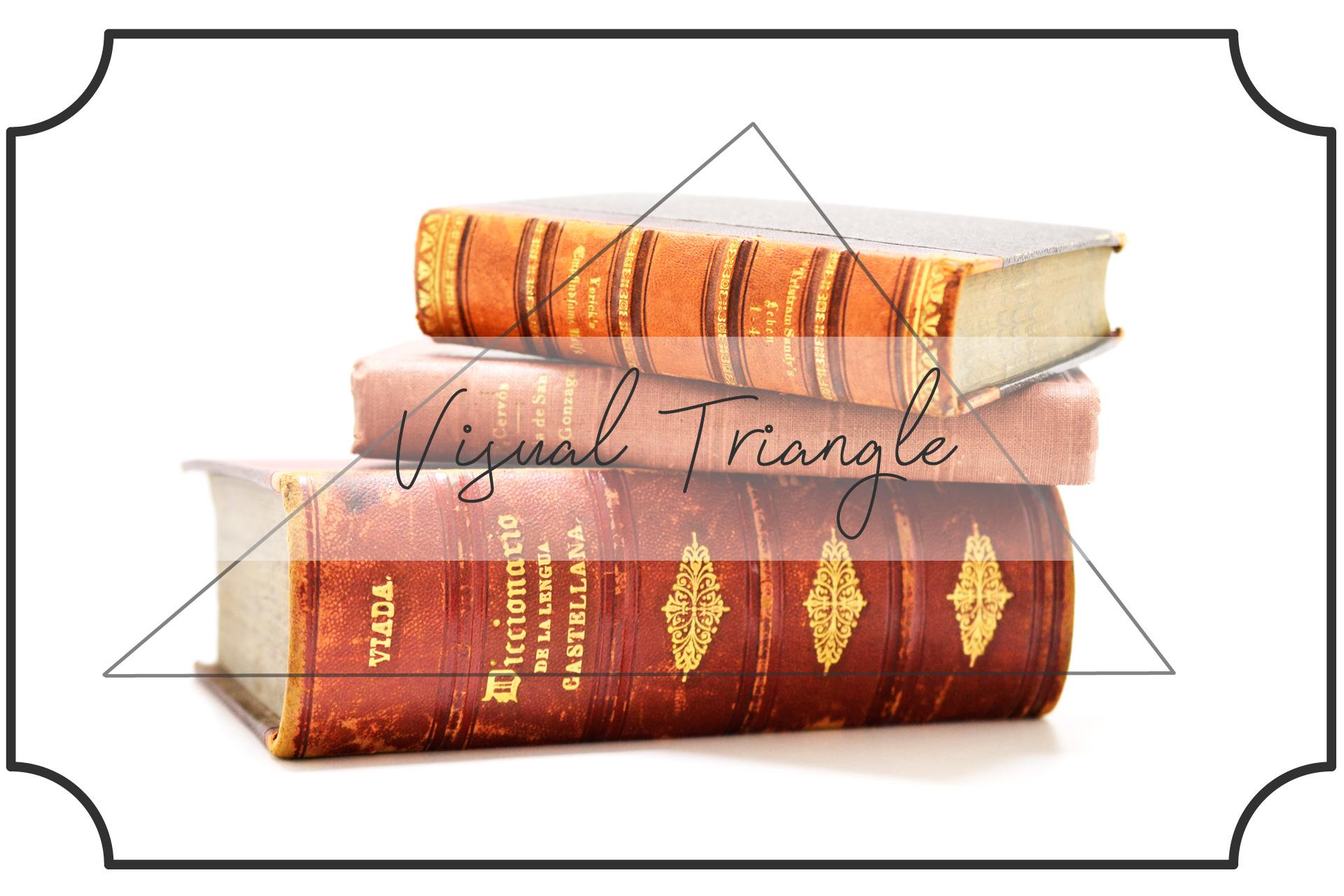 三角形になるように積み上げた本