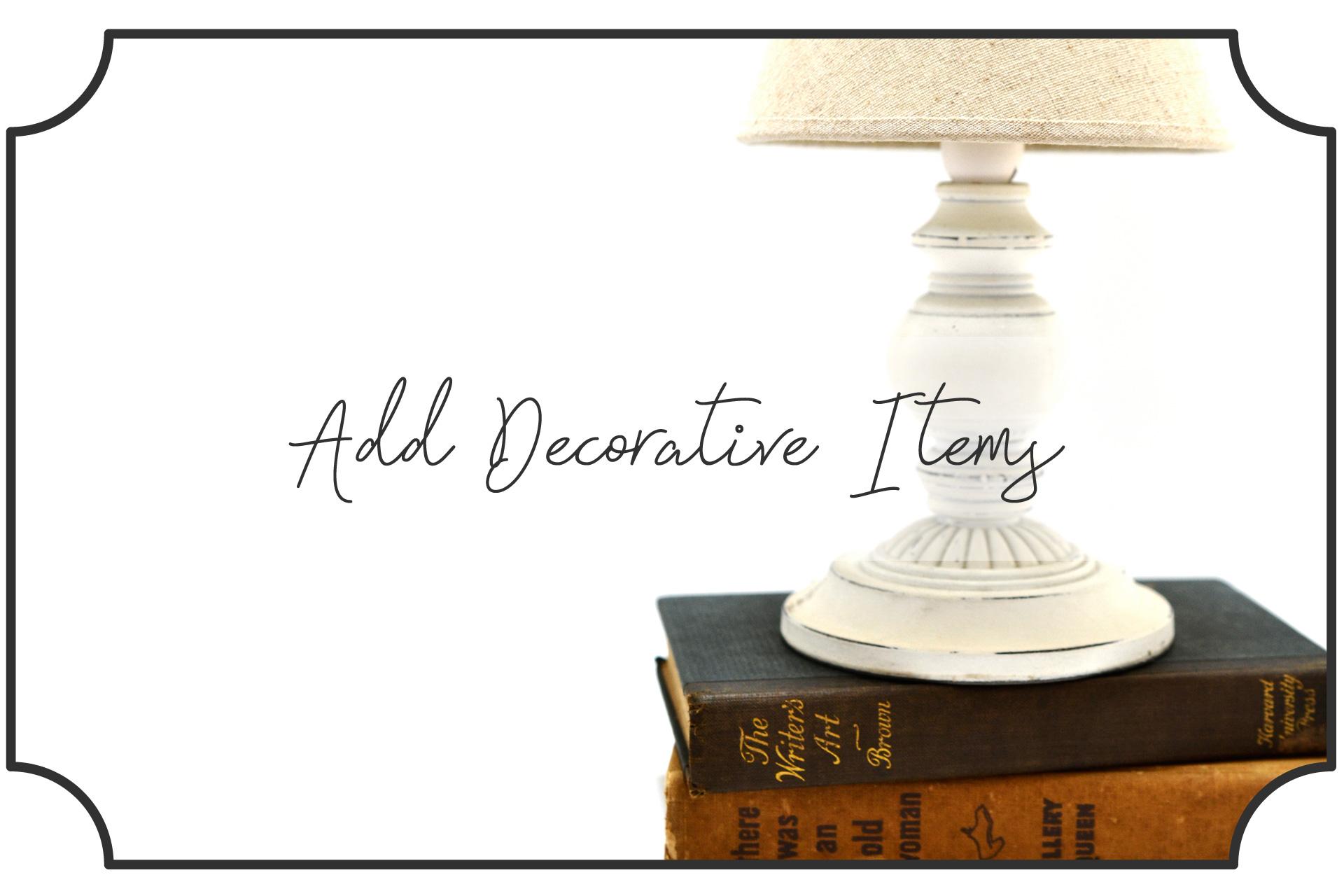 本の上に卓上ランプを置いて飾る