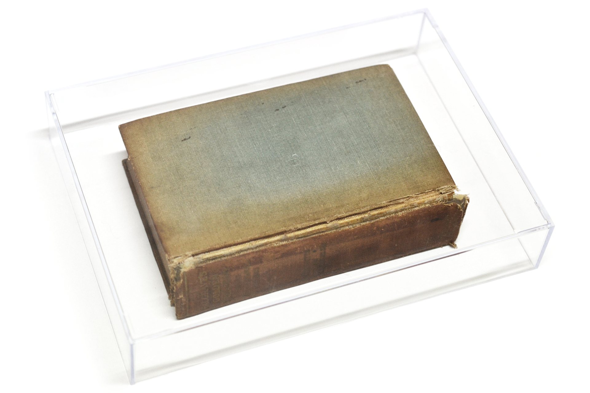 古い本にクリアケースをかぶせたディスプレイ