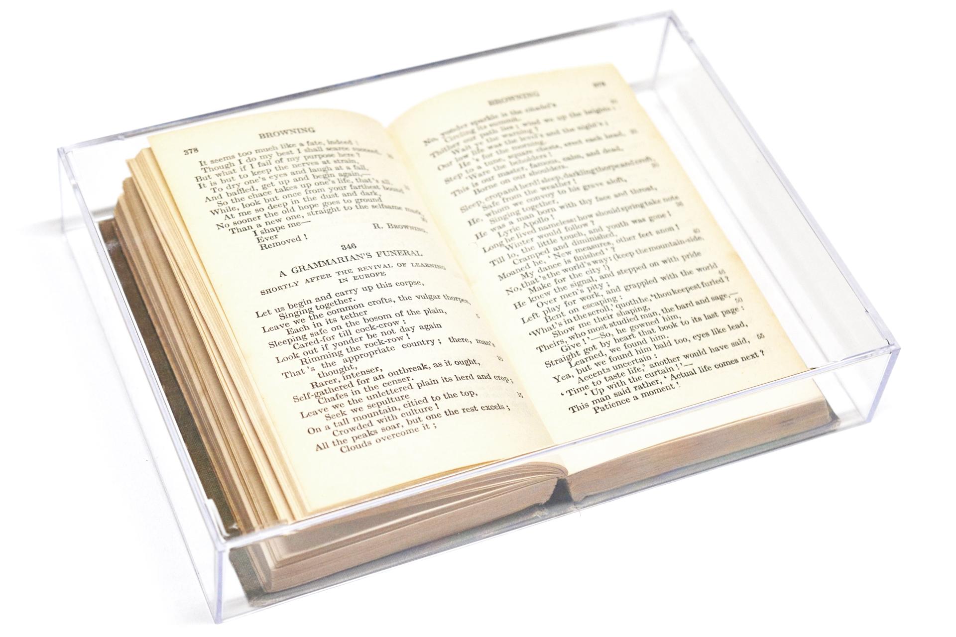 ページを開いた本にクリアケースをかぶせたディスプレイ