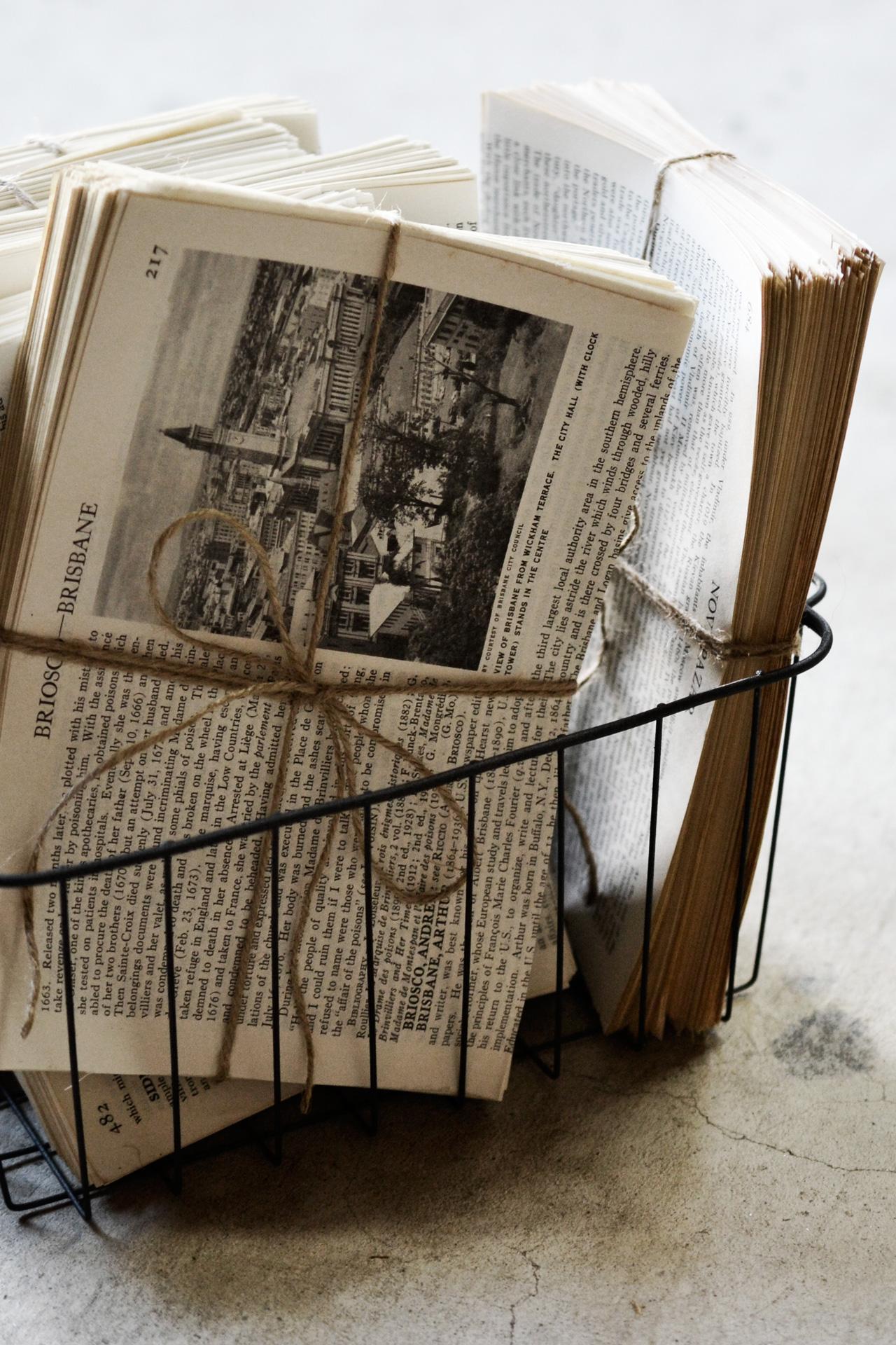ワイヤーバスケットに詰め込んだページの束