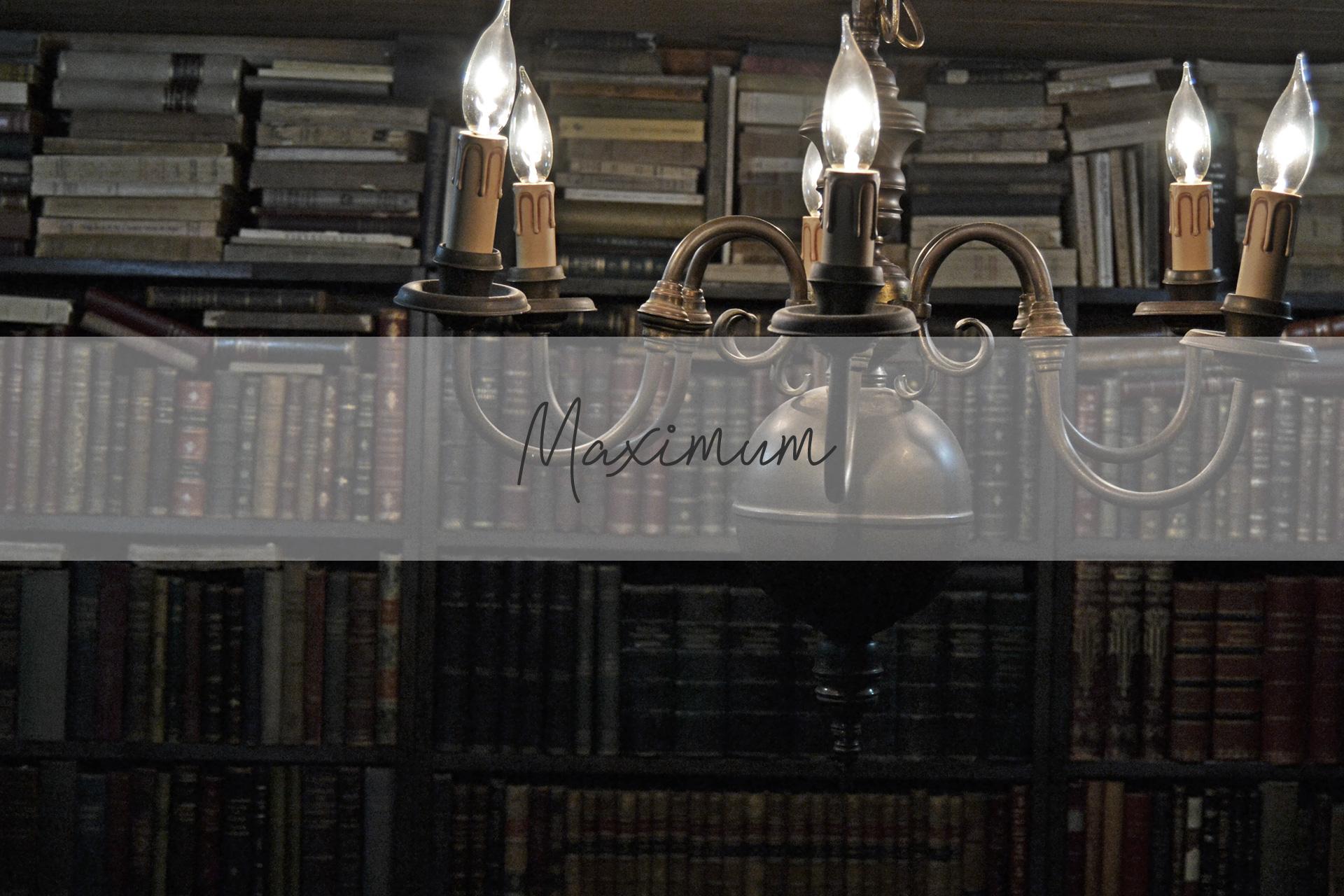 本棚一面に詰め込まれたアンティーク本