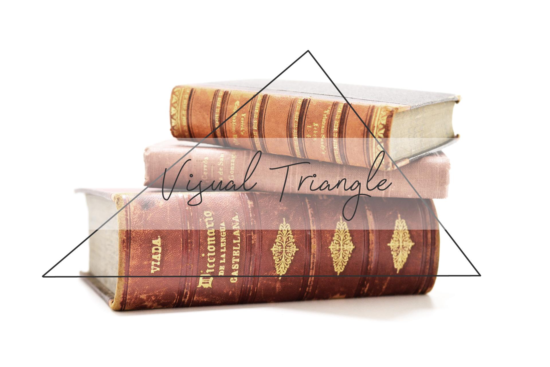 三角形を意識して積み上げた本のディスプレイ