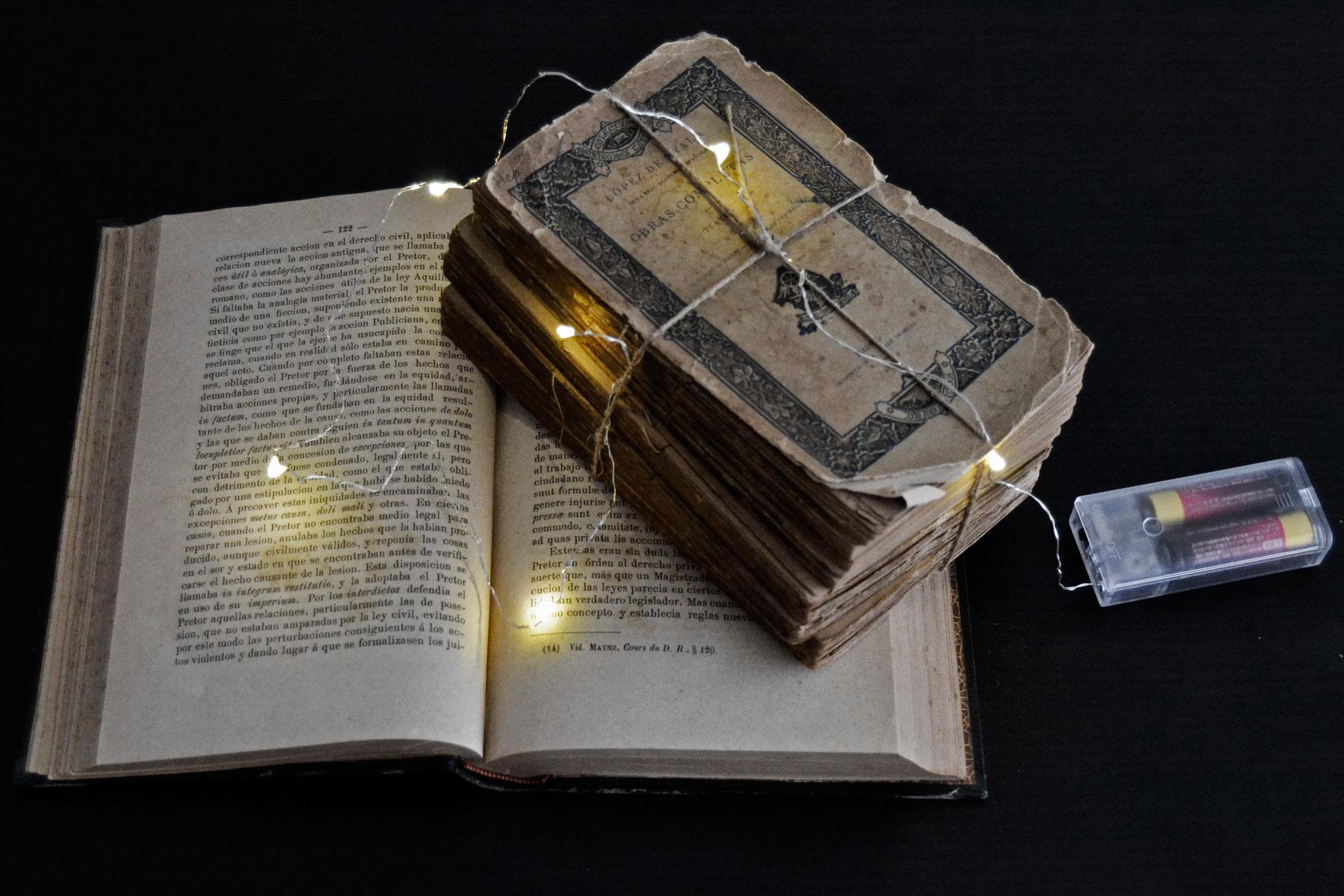 古い洋書とジュエリーライト