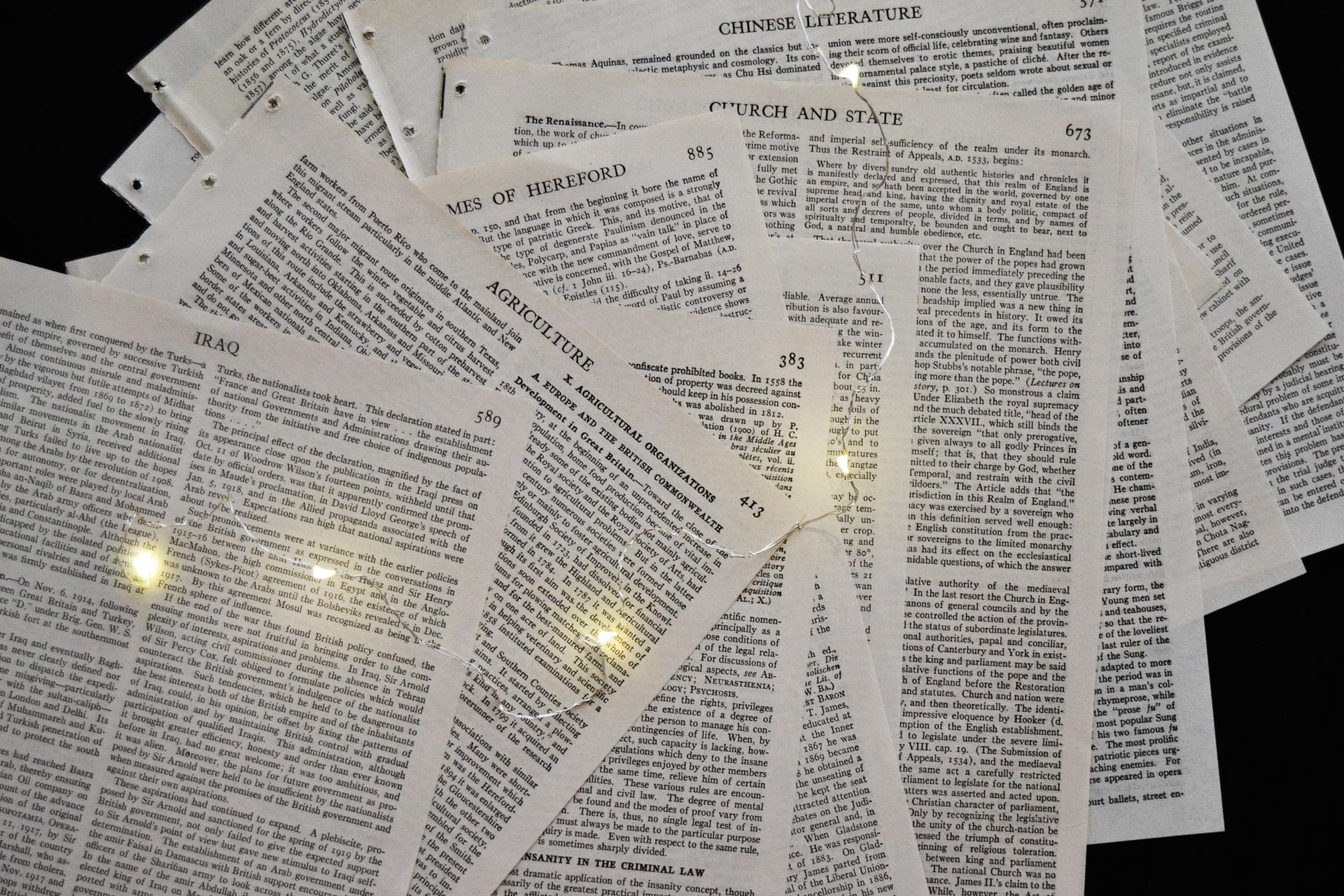 洋書から切り離したページとジュエリーライトのインテリア