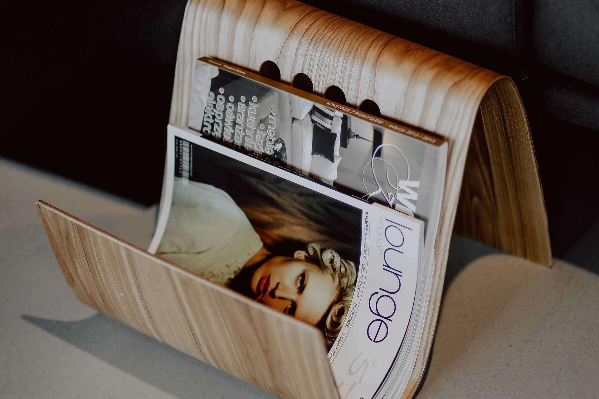 マガジンラックに飾られた海外雑誌