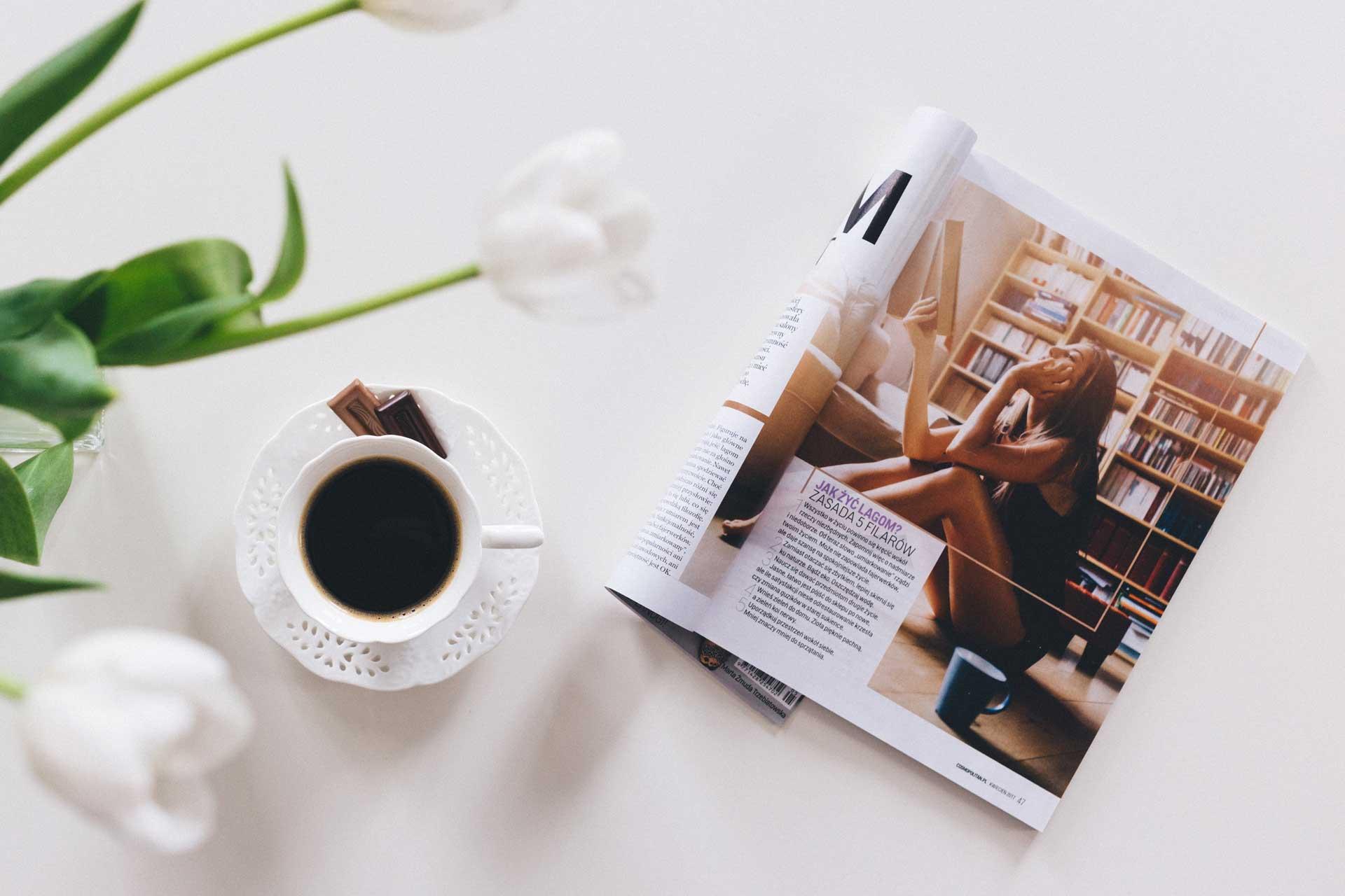 コーヒーテーブルの上に飾られた海外雑誌