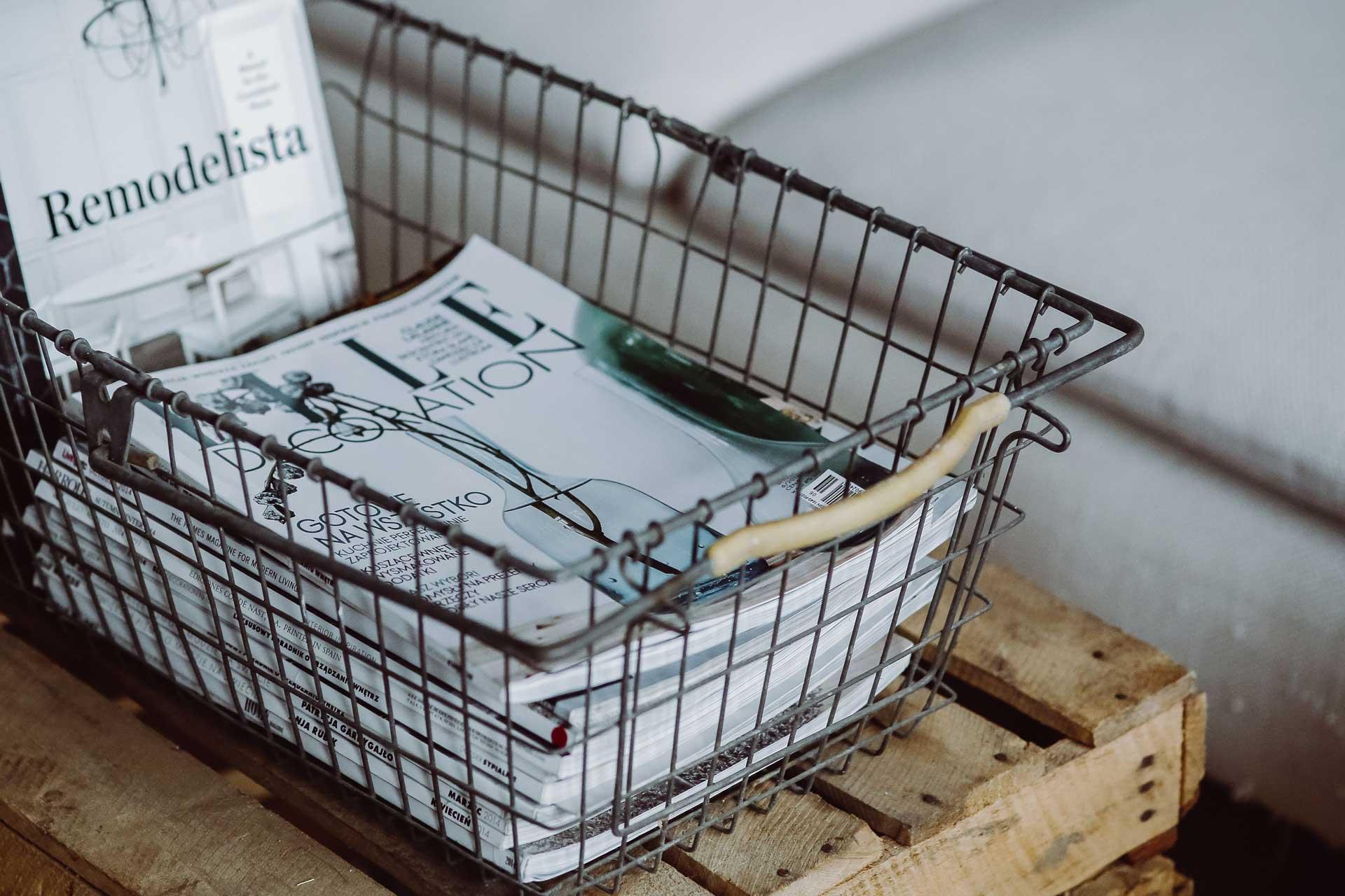 海外雑誌をワイヤーバスケットに入れたディスプレイ