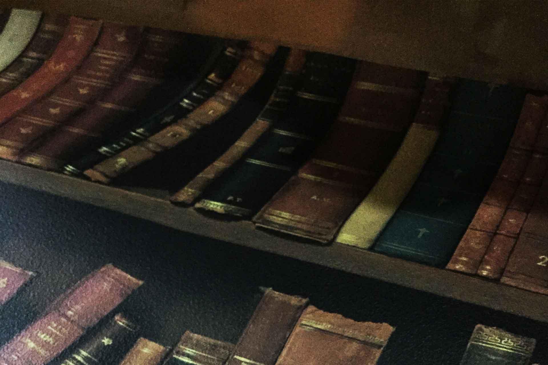 ヨーロッパの古い洋書の本棚をプリントした壁紙